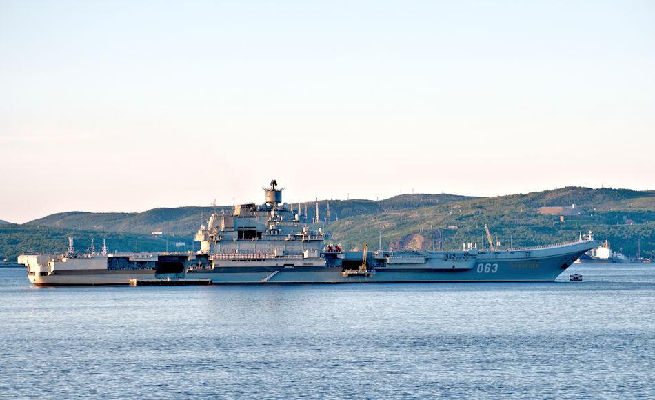 Die Admiral Kusnezow ist Russlands einziger Flugzeugträger und gleichzeitig das Flaggschiff der russischen Marine. Das Schiff war im Flottenstützpunkt Rosljakowo, nahe Murmansk, um dringend benötigte Modernisierungsarbeiten durchzuführen. Mit seinen maximal 61'390 Tonnen kann das Schiff nur an wenigen Orten in ein Trockendock gebracht werden.Bild: Michael Wenger