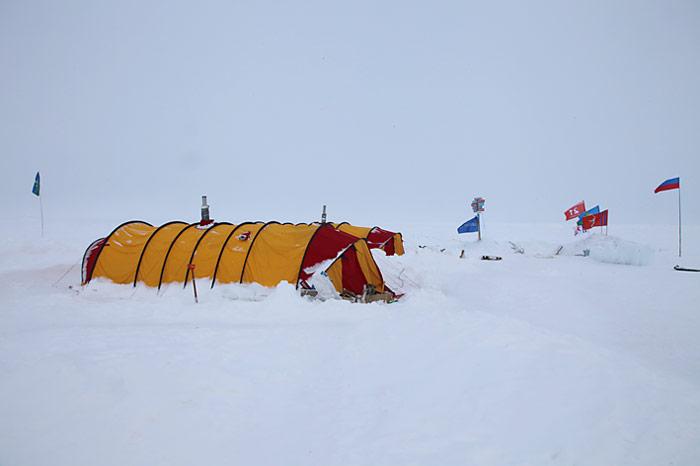 Mitten im Eis der Arktis, die Unterkunft der Teams des Schweizer Fernsehens.