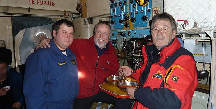 Los geht's, kurz vor dem Absprung aus 3000 Meter über dem Nordpol stärken sich Heiner Kubny und Werner Breiter nochmals.